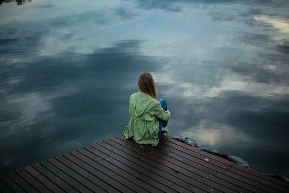 shun's article picture - sad girl in lake