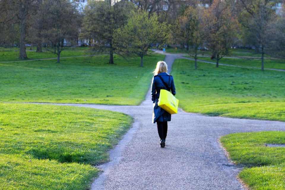 shun's article picture - cross road walk girl