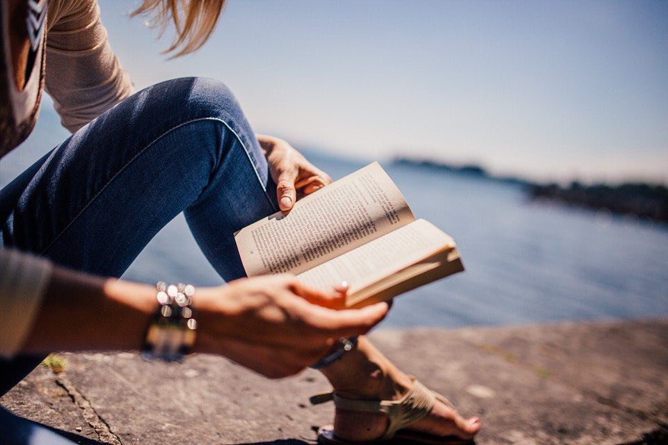 shun's article picture - girl read book in sea
