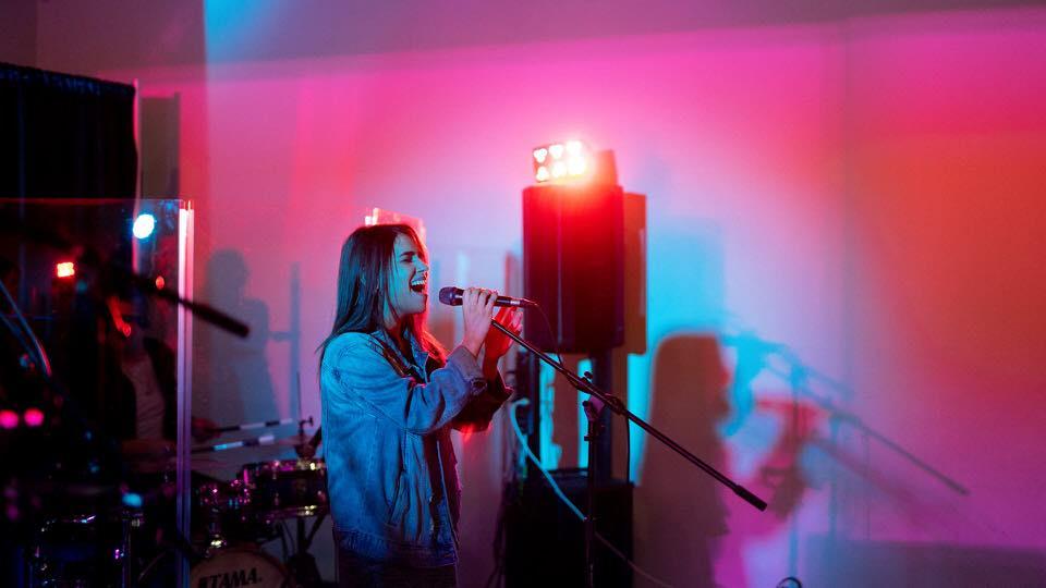 shun's article picture - girl sing karaoke